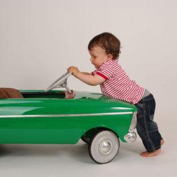 niño en el coche